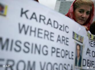 «کاراجیچ، مفقودالاثرها کجا هستند؟» - صحنهای از تظاهرات در برابر دادگاه لاهه در روز ۲۶ اکتبر