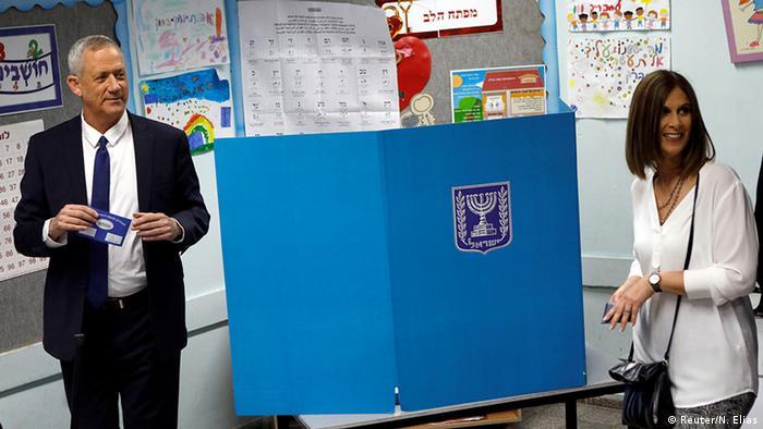 Israel Wahlen Benny Gantz mit seiner Frau Revital in Rosh Ha'ayin