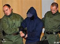 آلکس و. توسط ماموران به درون سالن دادگاه منتقل میشود