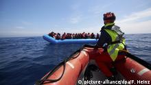 Deutsche Seenotretter nehmen Migranten auf