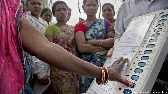 Indien EVM Elektronische Wahlautomaten (picture-alliance/AP Photo/A. Nath)