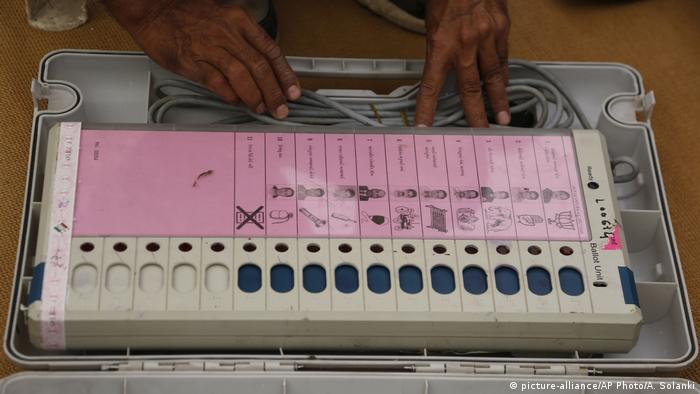 Indien EVM Elektronische Wahlautomaten (picture-alliance/AP Photo/A. Solanki)