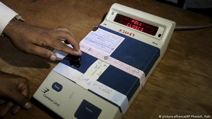 Indien EVM Elektronische Wahlautomaten (picture-alliance/AP Photo/A. Rahi)