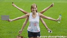 Young woman multitasking | Verwendung weltweit, Keine Weitergabe an Wiederverkäufer.