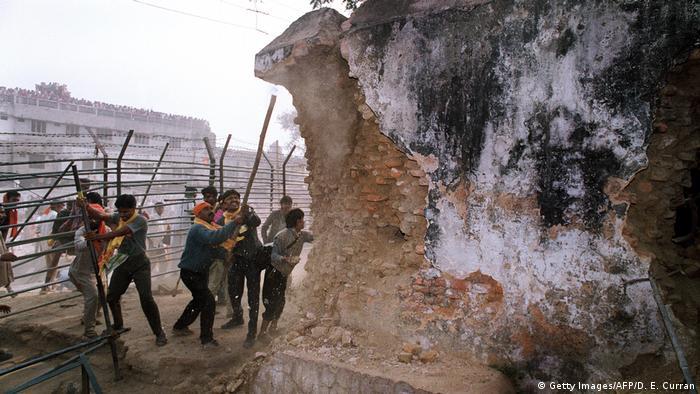 6. Dezember 1992: Radikale Hindus zerstören mit Eisenstangen die Wände der Babri-Moschee in Ayodhya (Foto: Getty Images/AFP/D. E. Curran)