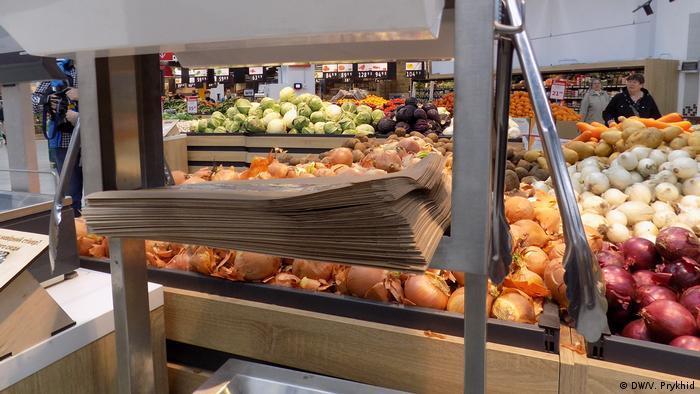 Замість звичних рулонів пластикових пакетів і рукавичок відвідувачі одного з супермаркетів Львова побачили в ньому паперові пакети і металеві щипці