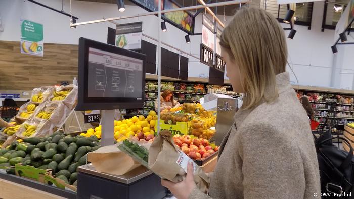 Відвідувачі львівського супермаркету залюбки запаковували овочі та фрукти замість пластику в папір