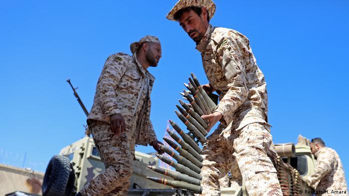 Membro das forças de Misrata, sob a proteção das forças de Tripoli, prepara-se para o combate na capital líbia.