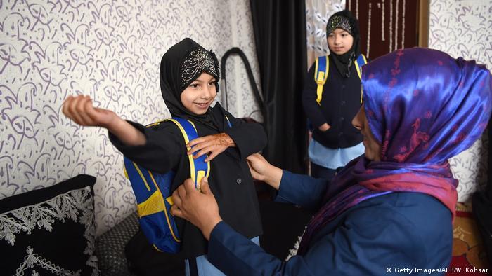 Afghanistan Kabul Kinder gehen zur Schule (Getty Images/AFP/W. Kohsar)