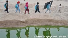 Afghanistan Jalalabad Kinder gehen zur Schule