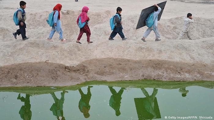 Afghanistan Jalalabad Kinder gehen zur Schule (Getty Images/AFP/N. Shirzada)