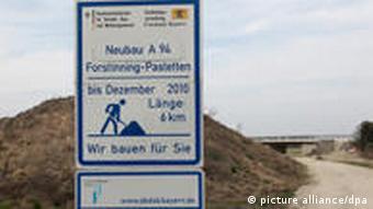 Eine Bautafel auf der Autobahn mit der Unterzeile Wie bauen für Sie