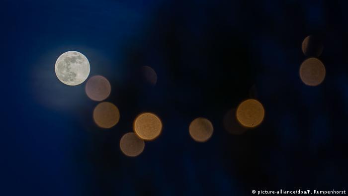 Mond mit Lichterkette