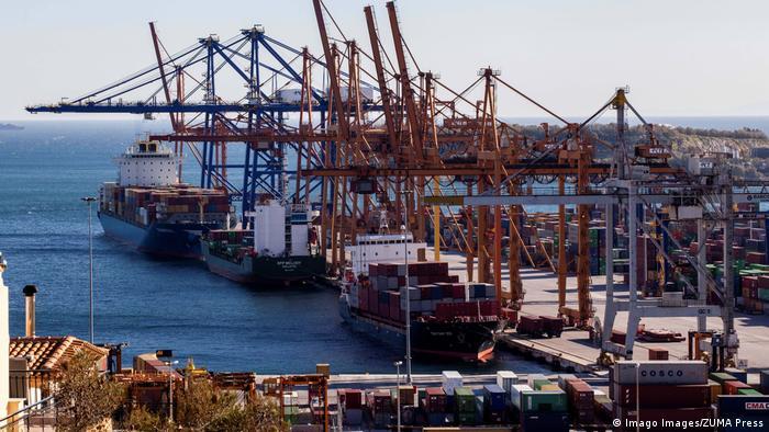 Griechenland COSCO Group-Schiffe am Hafen von Piräus