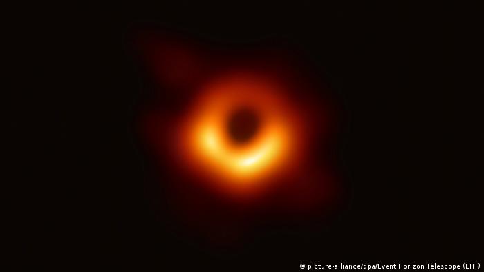 Първата в света снимка на черна дупка