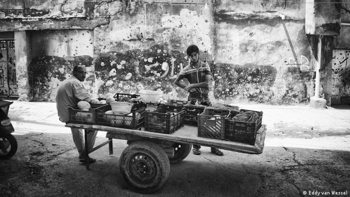 Street vendors in the Jewish quarter of Mosul, Iraq (Eddy van Wessel)