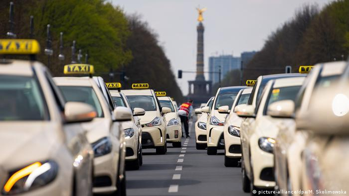 Germany′s taxi drivers protest Uber deregulation plans | News | DW
