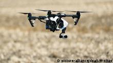 29.06.2018 Sachsen-Anhalt, Sandersdorf-Brehna: Eine Drohne vom Typ DJI Inspire 1 mit der Kamera Xenmuse X3 fliegt über ein Feld. Foto: Jan Woitas/dpa-Zentralbild/ZB | Verwendung weltweit