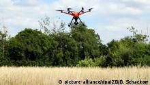 Eine Drohne fliegt über ein Feld bei Gera