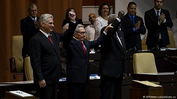 Raúl Castro (centro) diante da Assembleia Nacional em Havana