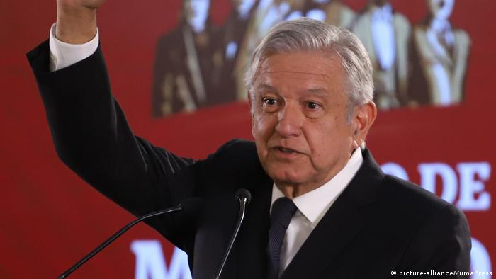 Andres Manuel Lopez Obrador, right arm raised (picture-alliance/ZumaPress)