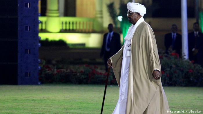 الرئيس السوداني المعزول عمر البشير يمثل أمام المحكمة بتهمة الفساد