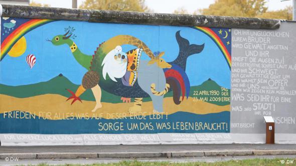 Pintura de Ursula Wünsch: Paz para todo, en el Muro de Berlín.