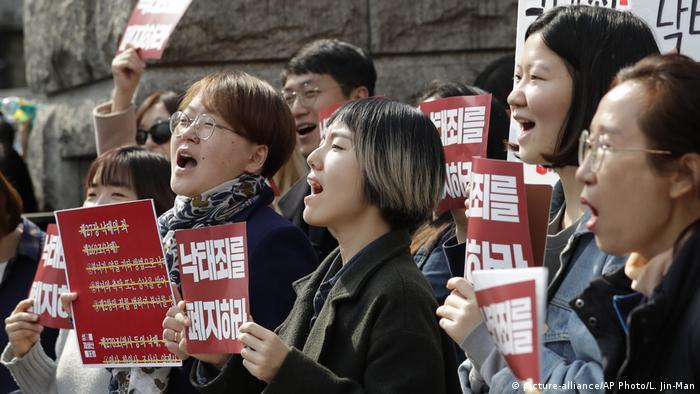 Manifestates sul-coreanos pró-aborto comemoram decisão da corte de remover proibição ao procedimento