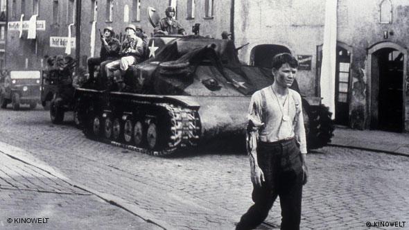 Junger Soldat vor Panzer, Szene aus Die Brücke (Foto: KINOWELT)