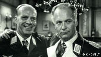 Curt Jürgens in der Rolle des General Harras neben einem anderen Darsteller im Film Des Teufels General (Foto: Kinowelt)