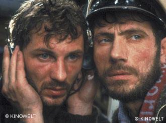 Heinz Hoenig und Jürgen Prochnow horchen Feindsignale, Szene aus Das Boot (Foto: KINOWELT)