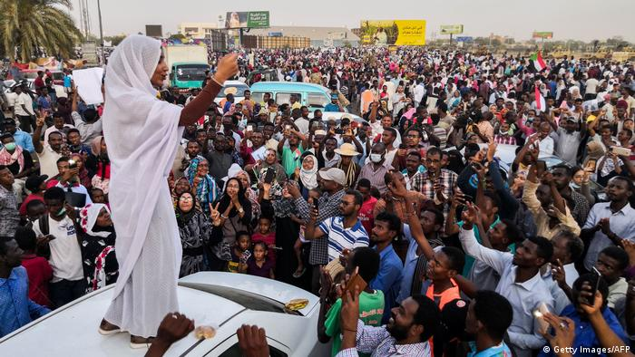 Sudan - Alaa Salah - Die Sudanesin führt Proteste gegen Präsident Omar al-Bashir an (Getty Images/AFP)
