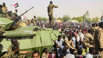 Sudan Militär und Demonstranten in Khartoum (Getty Images/AFP)