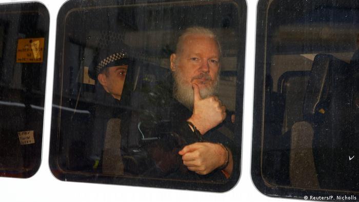 Julian Assange, fundador do Wikileaks, levado sob custódia pela polícia de Londres