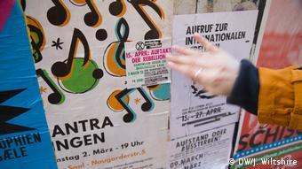 Carteles y pegatinas de Extintion Rebellion en un muro de Berlín.