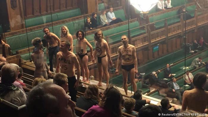 Ativistas da Extinction Rebellion tiram a roupa no Parlamento britânico