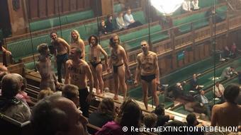 Los activistas climáticos de Extintion Rebellion se desnudan en la Cámara de los Comunes británica.