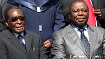 Zwei farbige Männer mit Krawatten und Anzug. +++(c) dpa - Bildfunk+++