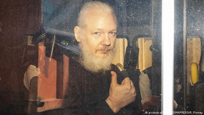 Assange Westminster Sulh Mahkemesine götürülürken.