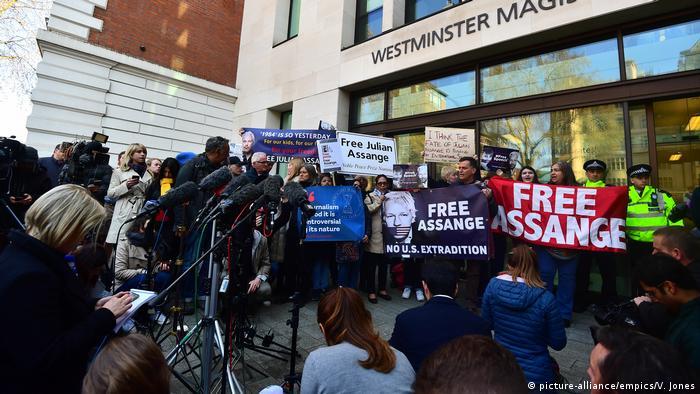 Manifestantes exibem faixas dizendo free Assange diante de sede de tribunal em Londres
