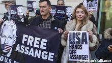 Anhänger des Wikileaks-Gründers Julian Assange protestieren vor dem Amtsgericht von Westminster, wo Assange einem Auslieferungsbefehl droht