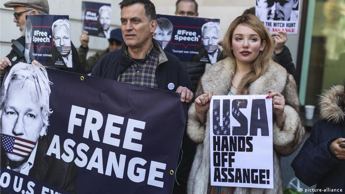 Free Assange protesters hold up banners (picture-alliance)