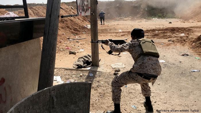 Libyen Zusammenstößen zwischen Haftars Streitkräften und den GNA-Streitkräften (picture-alliance/AA/H. Turkia )