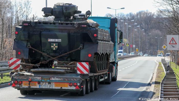 Schwertransport Tieflader mit Bundeswehr-Panzer