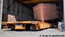 Tallinn 25.05.2018 BLRT megasuur eriveok Kamag-i esimene töö. BLRT Grupp invested 1 140 000 euros in the new shipyard transporter by KAMAG. Cargo transportation at the yard requires special approach as well as specific equipment. With help of KAMAG, with its loading capacity of 500 tons FOTO:SANDER ILVEST/EESTI MEEDIA TALLINN HARJUMAA ESTONIA PUBLICATIONxNOTxINxESTxLATxLTU Copyright: xSANDERxILVESTx