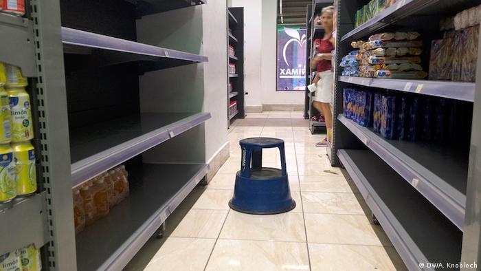 Prateleiras vazias em uma mercearia em Havana