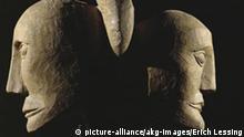 Keltisch, Zwei Koepfe / aus Roquepertuse Keltisch, 4./3.Jahrhundert v.Chr. - Zwei Koepfe, am Hinterkopf durch einen Vogelschnabel verbunden. - Steinskulptur. Hoehe ca. 20 cm. Fundort: Roquepertuse bei Velaux, Bouches-du-Rhone (Frankreich). Marseille, Musee Borely. Copyright: picture-alliance / akg-images / Erich Lessing