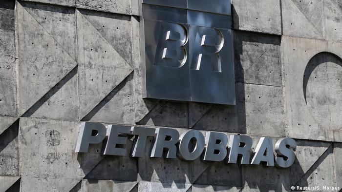 Letreiro de prédio da Petrobrás, com marca da empresa em letras metálicas