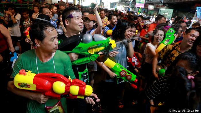 Thailand Songkran Wasser Festival (Reuters/S. Zeya Tun)