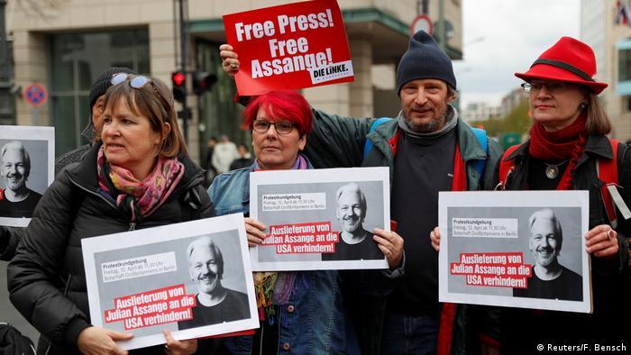 تظاهرات طرفداران جولیان آسانژ در برابر سفارت بریتانیا در برلین